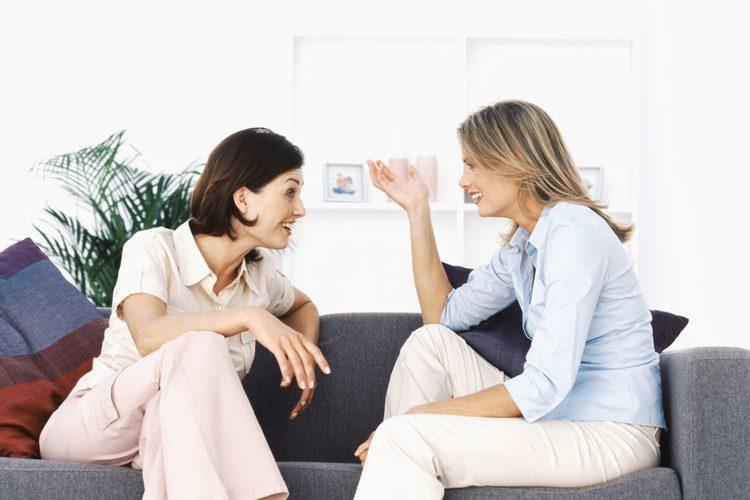 Dve žene razgovaraju